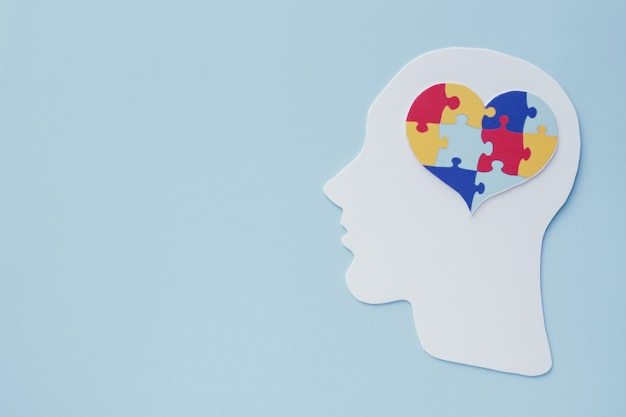 Puzzle cuore puzzle sul cervello, concetto di salute mentale, giornata mondiale di consapevolezza dell'autismo