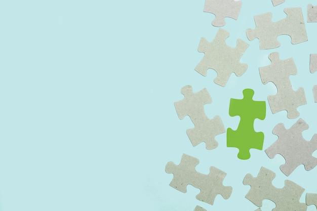 Pezzi del puzzle su uno sfondo azzurro in una vista dall'alto con spazio di copia