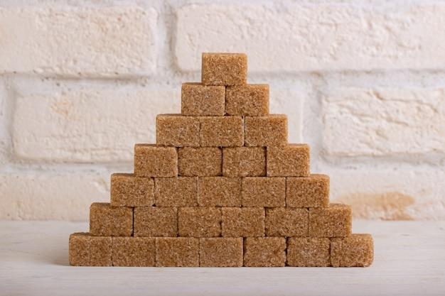 Piramide di zucchero di canna sotto forma di cubetti