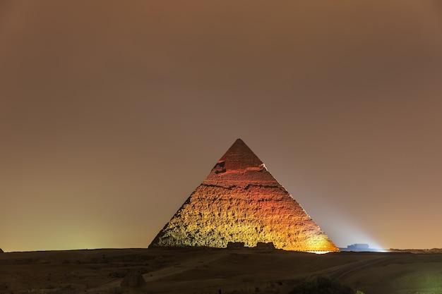 La piramide di chefren vista notturna nelle luci, giza.