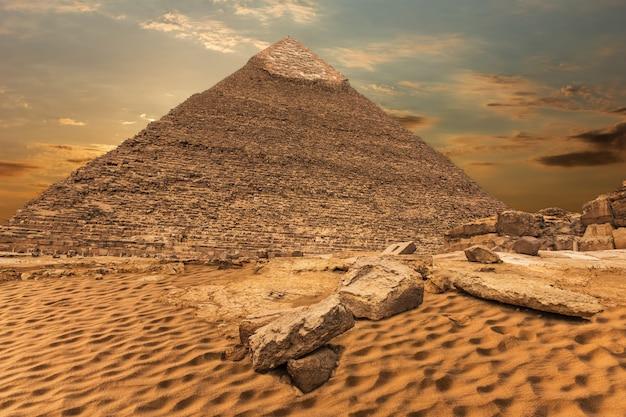 La piramide di khafre, bellissima vista del deserto a giza, egitto.