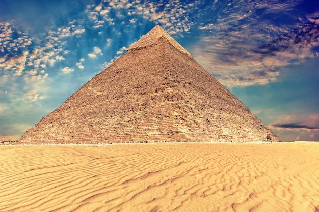 La piramide di khafre sotto il bellissimo cielo di giza, in egitto.