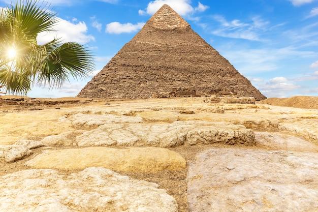 La piramide di chefren chefren nel soleggiato deserto di giza, in egitto.