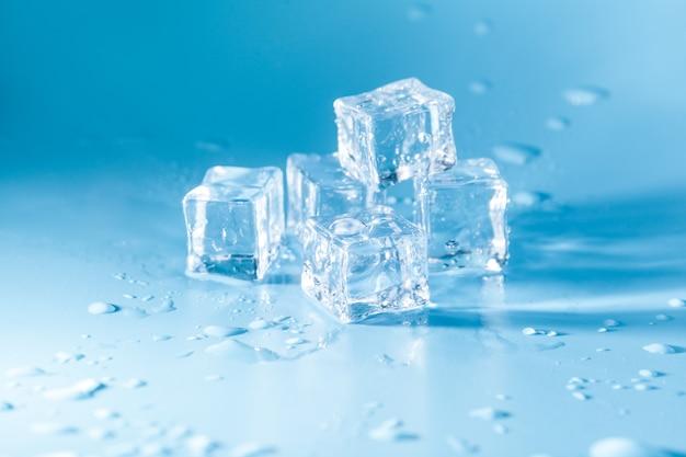 Piramide di cubetti di ghiaccio sciolto con gocce
