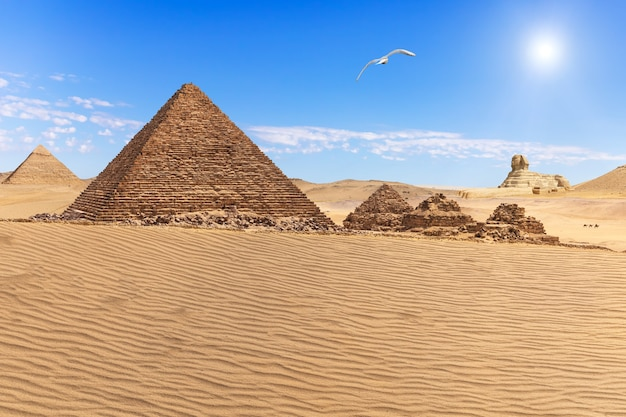 La piramide di menkaure e le tre compagne della piramide nel deserto di giza, egitto
