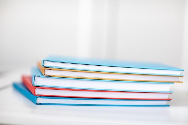 Piramide di libri o album fotografici multicolori. posto per l'iscrizione. vendita di servizi di fotografo o stampa.