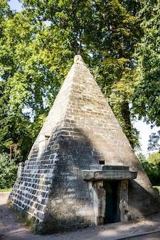 Piramide nel parc monceau, parigi, francia