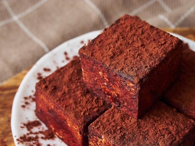 Caramelle soufflé fatte a mano quadrate piramide in cioccolato da vicino