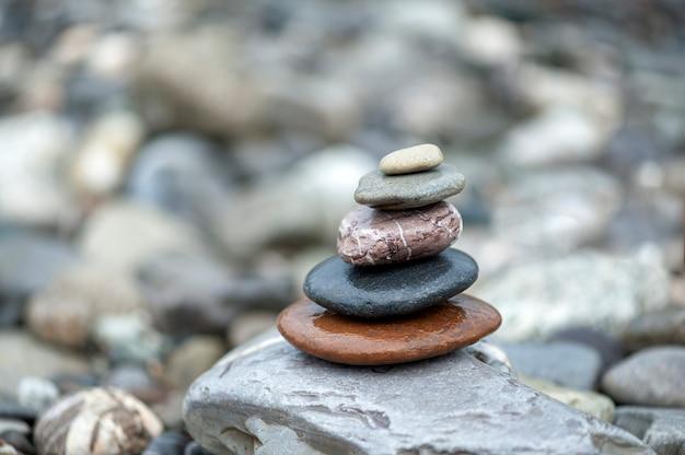 Piramide di pietre pietre zen equilibrate