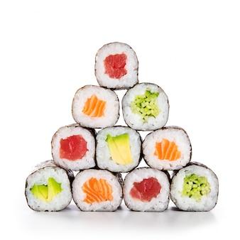 Piramide di sushi su sfondo bianco