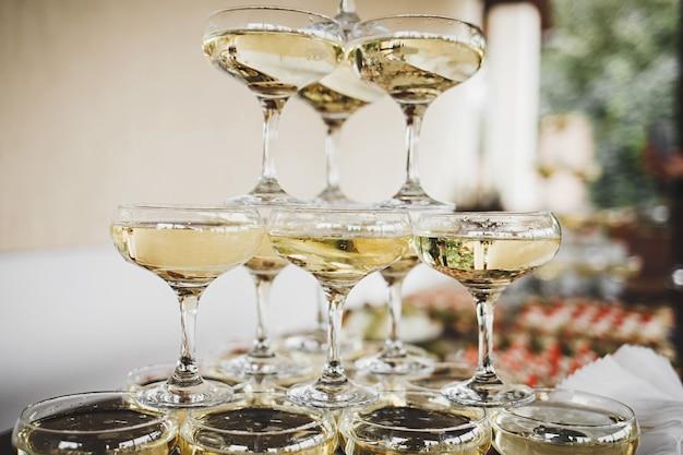 Piramide di bicchieri di vino al festival. matrimonio o capodanno