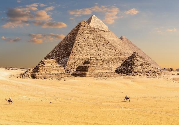 Piramidi di giza in egitto, dune di sabbia e beduini.