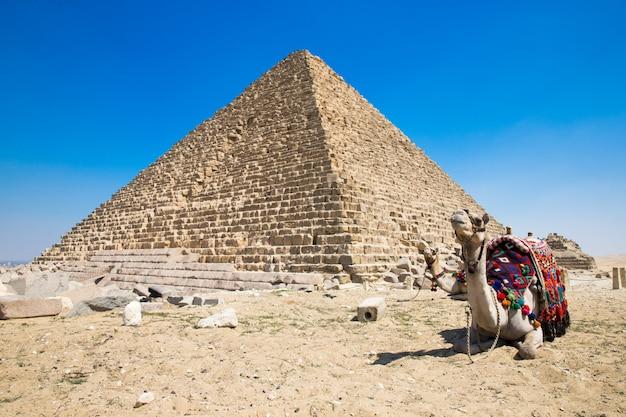 Piramidi con un bel cielo di giza al cairo, in egitto.