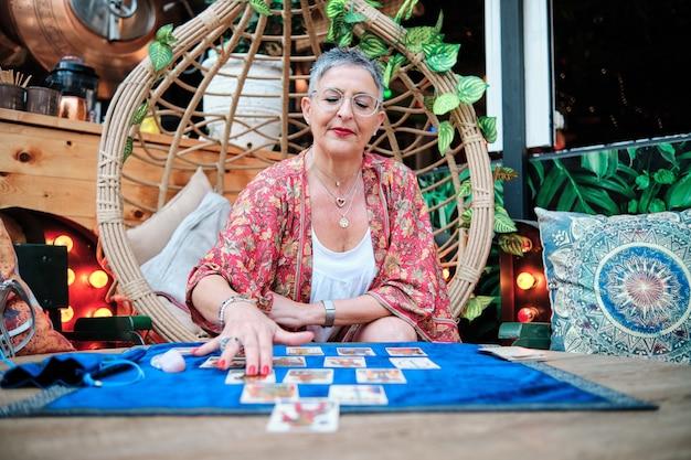 Una donna pitone che usa i tarocchi per predire il futuro