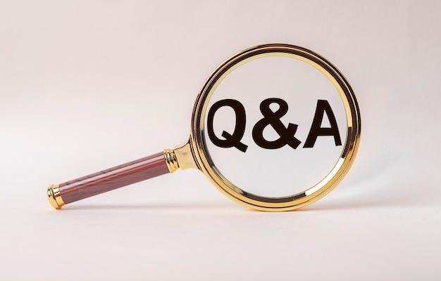 Iscrizione di domande e risposte nella lente d'ingrandimento