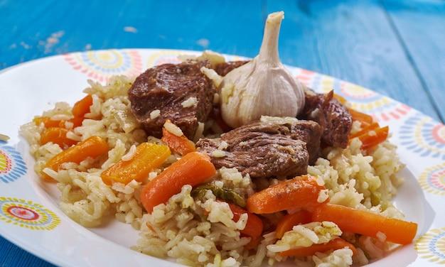 Qaboli pilaf - il kabuli palaw è un piatto del nord dell'afghanistan, una varietà di pilaf, composto da riso al vapore mescolato con uvetta, carote e agnello.