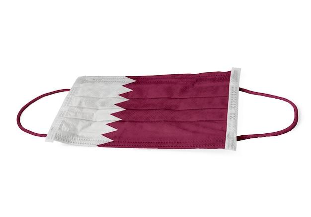 Bandiera del qatar su uno sfondo bianco isolato maschera chirurgica