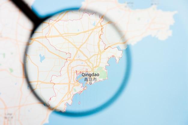 Concetto illustrativo di visualizzazione della città di qingdao, cina sullo schermo tramite la lente d'ingrandimento
