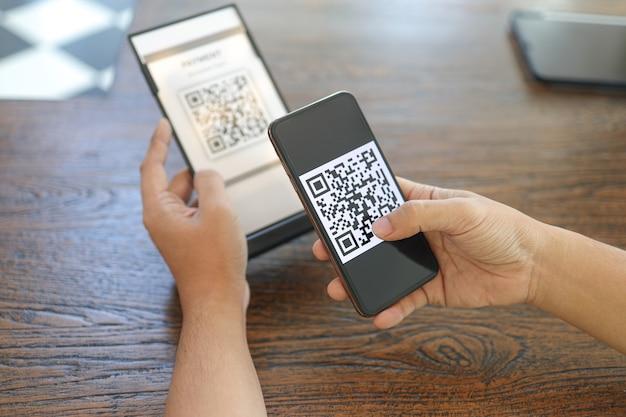 Pagamento con codice qr e-wallet man tag di scansione accettato per generare pagamento digitale