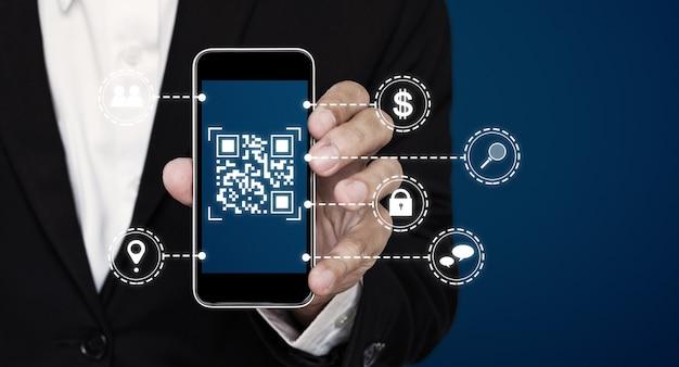 Pagamento con scansione della tecnologia del codice qr e verifica dell'identità tramite codice qr su smartphone mobile