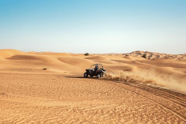Quad buggy bike drift alle dune di sabbia del deserto di dubai al awir durante il tour safari