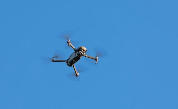 Quadricottero su uno sfondo di cielo blu. fotografia aerea.