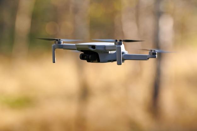Drone quadricottero che vola all'aperto