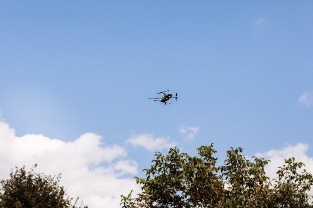 Drone quadricottero in cielo