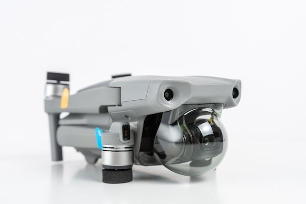 Quadcopter isolato su bianco