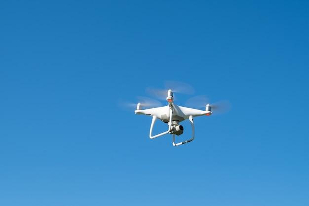 Quadrocopter durante il volo nel cielo. protezione moderna dall'aria sulla fotocamera del drone.
