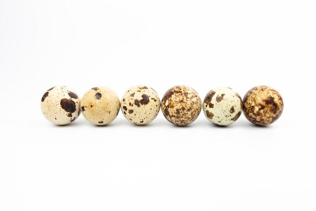 Uova di quaglia su tela, corda e una scatola di paglia. fotogramma intero