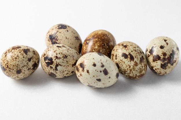 Le uova di quaglia si chiudono su sfondo bianco.