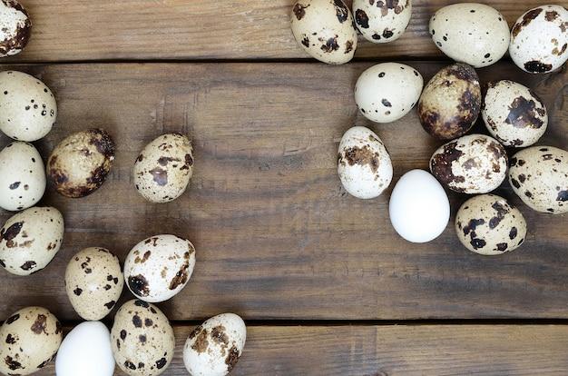 Uova di quaglia su una superficie di legno marrone scuro, vista dall'alto, posto vuoto per testo, ricetta