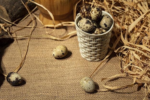 Uova di quaglia sopra fondo di legno vecchio scuro.