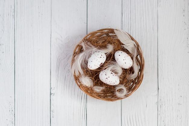 Uova di quaglia in un cesto di paglia