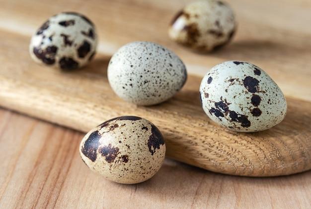 Uova di quaglia sul bordo della cucina in legno