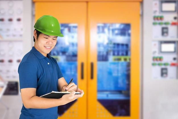 Concetto di controllo qualità con ingegnere o tecnico asiatico in fabbrica