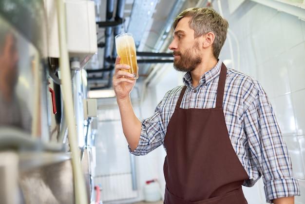 Esperto di controllo di qualità che lavora nella fabbrica di birra