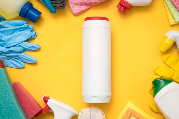 Pulizia della cucina di qualità. mockup di bottiglia di plastica e cornice di forniture su giallo.