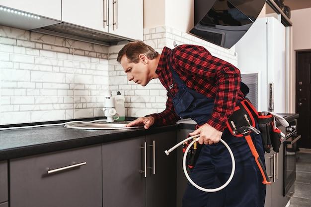 Qualità nelle piccole cose caposquadra che controlla tutte le cose prima di iniziare il rubinetto
