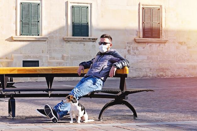 Concetto locativo del cane di quarantena per la camminata in via