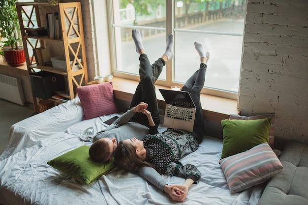 Blocco della quarantena, concetto di rimanere a casa - giovane bella coppia caucasica