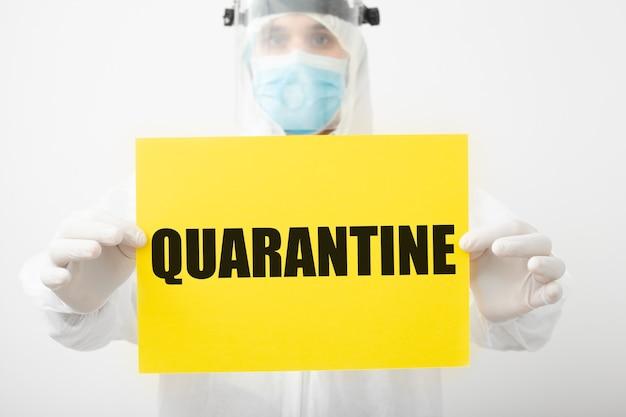 Quarantena, segnale di avvertimento con testo quarantena nelle mani del medico. protezione contro il coronavirus covid-19