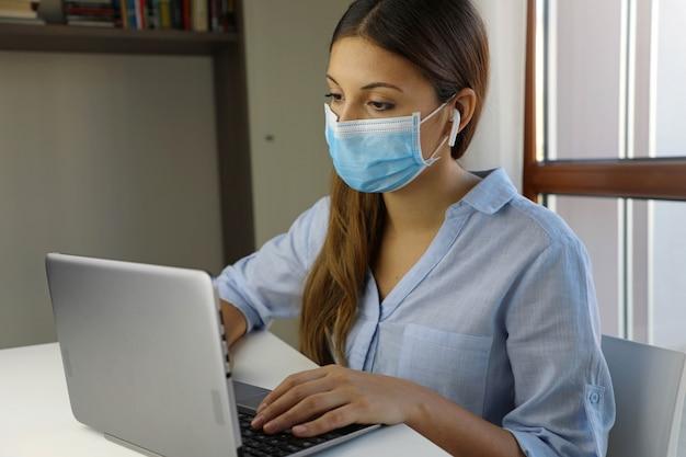 Quarantena giovane donna che studia da casa per la malattia virale sars-cov-2. concetto di scuola intelligente.