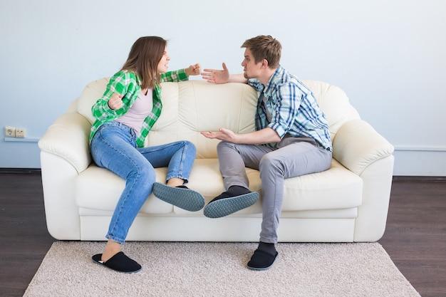 Litigio, conflitto e concetto di persone. donna che fa il gesto mentre litiga con il suo partner Foto Premium