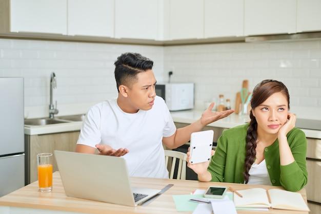 Litigato giovane coppia con bollette non pagate nel loro soggiorno