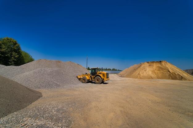 Aggregato di cava con macchinari pesanti.