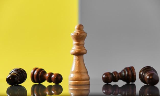 Regina che sconfigge tutti i suoi nemici, moderno sfondo giallo e grigio. donne di successo nel concetto di affari.