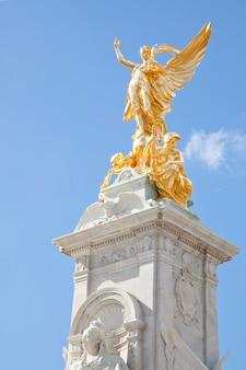 Queen victoria memorial statue a londra