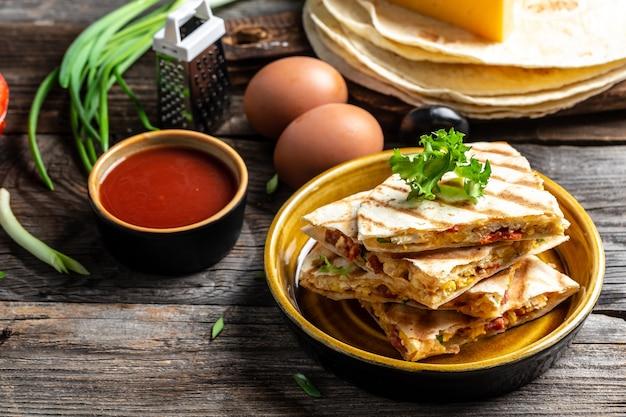 Quesadilla con uova strapazzate, verdure, prosciutto e formaggio